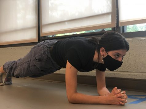 Sophomore Amelia von Jan planks as part of her asynchronous PE credit. This year, many students has resorted to the new elective to obtain their sports credit.